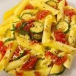 Pâtes aux courgettes et à la sauce tomate